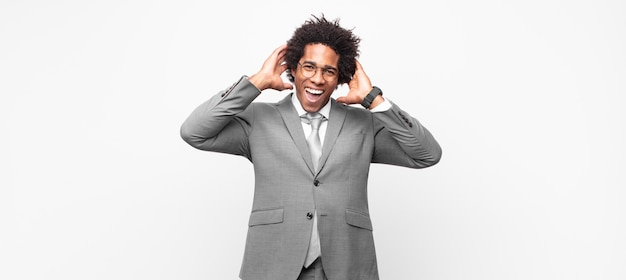 ポジティブな態度で、幸せで、のんきで、フレンドリーでリラックスした人生と成功を楽しんでいるように見える黒人のアフロビジネスマン