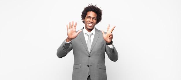 흑인 아프리카 businessmansmiling 및 친절 찾고, 앞으로 손으로 숫자 8 또는 8을 보여주는 카운트 다운