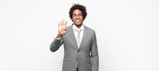 Чернокожие афро-бизнесмены, улыбающиеся и выглядящие дружелюбно, показывая четвертый или четвертый номер рукой вперед, считая в обратном порядке