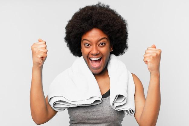 Черная афро фитнес женщина