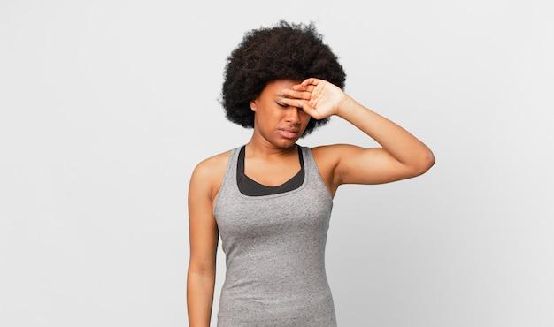 Черная афро женщина против изолированной стены