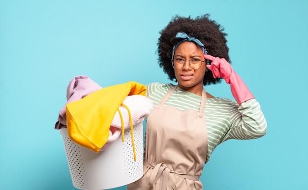 黒人のアフロヘアーの女性は、混乱して困惑していると感じており、あなたが正気でない、狂っている、または頭がおかしいことを示しています。