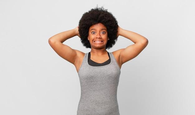 스트레스, 걱정, 불안 또는 겁을 느끼는 흑인 아프리카 여성, 머리에 손을 얹고 실수로 당황