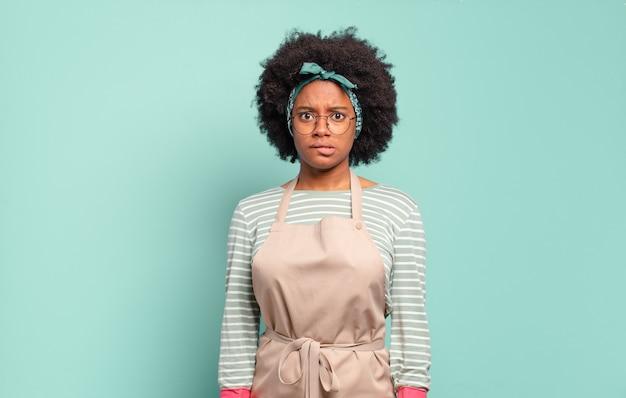 Черная афро женщина выглядит озадаченной и сбитой с толку
