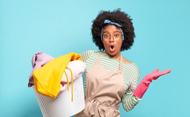 Черная афро женщина выглядит удивленной и шокированной
