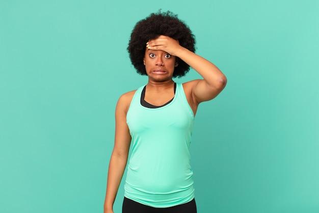 忘れられた締め切りをパニックに陥れる黒人のアフロ女性は、混乱や間違いを隠蔽しなければならないことを強調しました