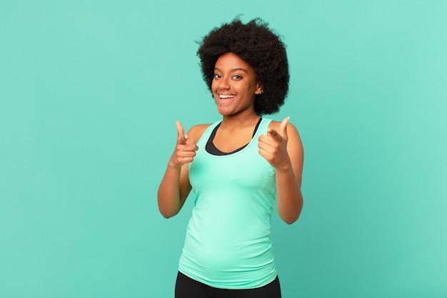 긍정적인 성공적인 행복한 태도로 웃고 있는 흑인 아프리카 여성