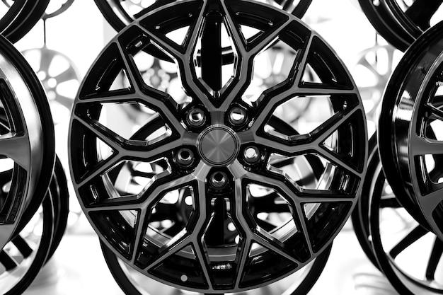 Черные легкосплавные диски для автомобилей премиум-класса, крупный план. покупка и замена автодисков.