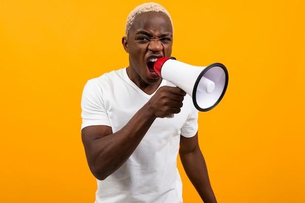 孤立したオレンジ色のメガホンで歌うアメリカ人の黒人