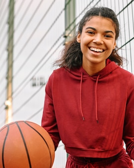 Donna americana nera che tiene una pallacanestro
