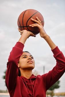Черная американская женщина играет в баскетбол