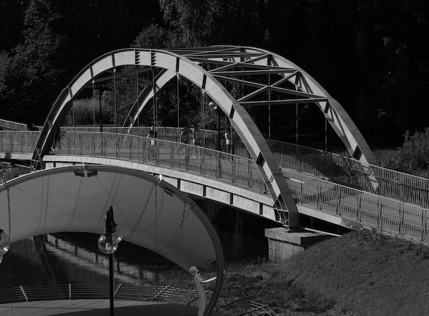 Черно-белый арочный мост архитектура фон