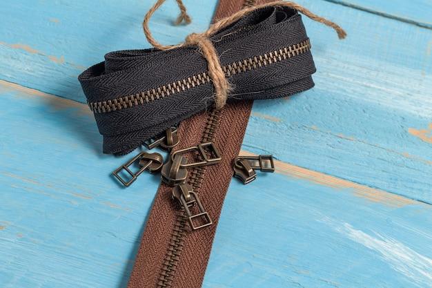 수제 재봉, 조정을위한 슬라이더가있는 검은 색과 갈색 금속 황동 지퍼 줄무늬