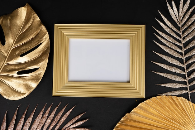 黒と金のモックアップエンプティフレーム、20年代のモダンでアールデコ様式
