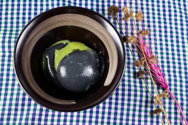 黒と緑のココナッツの甘いプリン、タイのデザート。 Premium写真