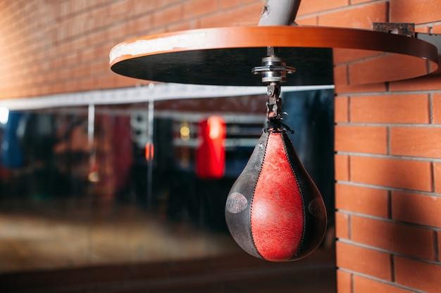 黒と赤のパンチングバッグ。