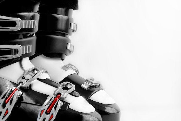 흰색 배경 위에 검정과 빨강 스키 부츠