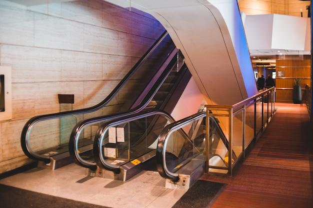 Черный и серебристый эскалатор в здании