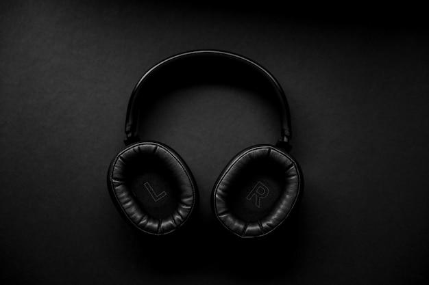 黒の表面に黒と銀のヘッドフォン