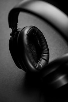 黒のテキスタイルに黒と銀のヘッドフォン
