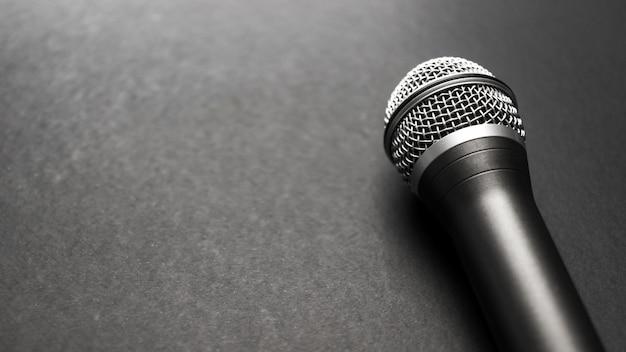 Черный и серебристый микрофон на черном фоне