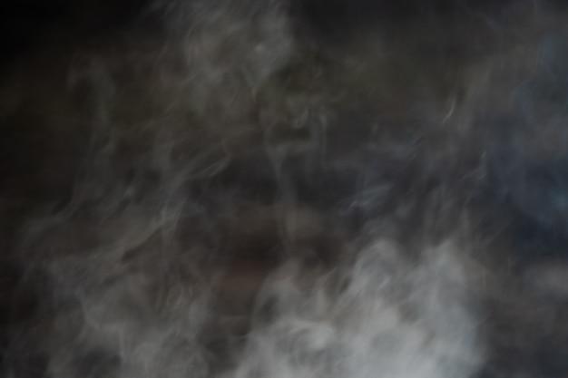 Черно-белый абстрактный дым на темном фоне.