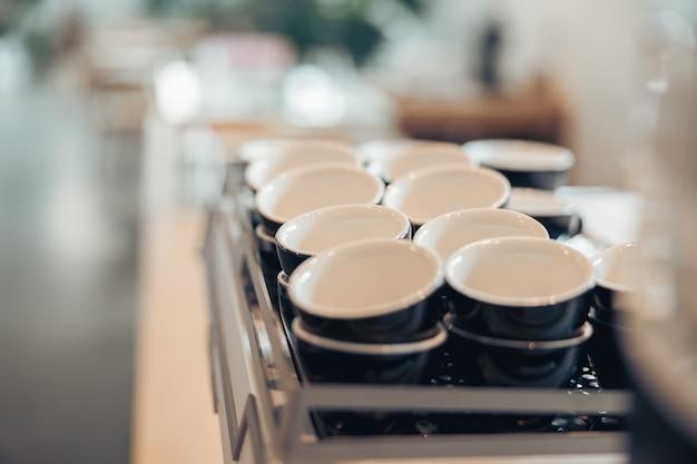 카페테리아 또는 커피숍의 흑백 커피 컵