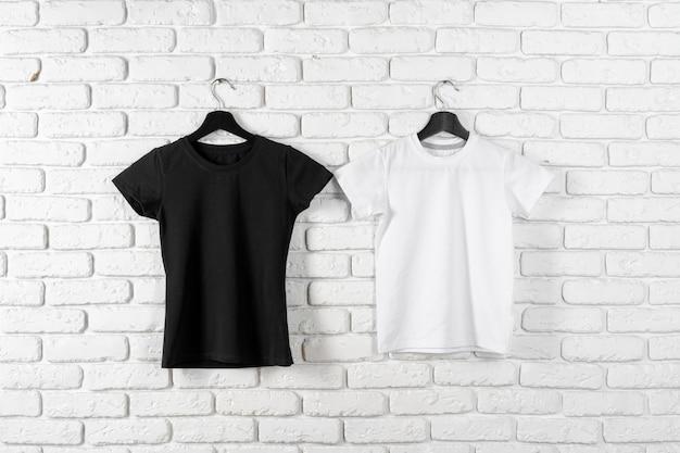 黒と白の2つのプレーンtシャツ、コピースペース