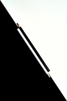 Черно-белые цветные карандаши, изолированные на черном и белом фоне