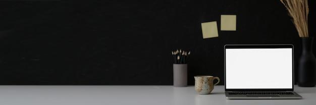 Черно-белая концепция рабочего пространства с копией пространства, ноутбук, канцтовары и украшения