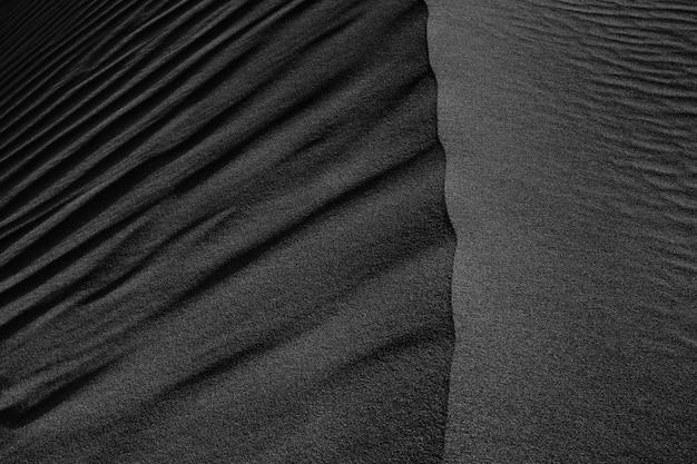 Черно-белая темная текстура песчаных дюн пустыни Premium Фотографии