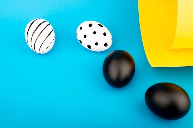 파란색 배경에 검은 색과 흰색 달걀