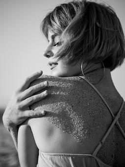 背面に砂と黒と白の女性の肖像画