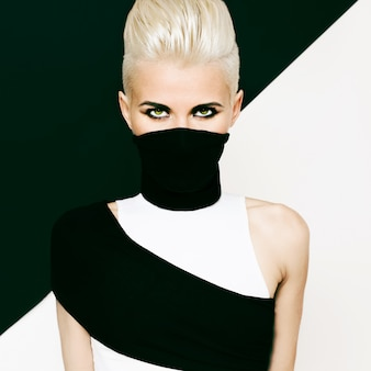 Черно-белая девушка в стиле ниндзя. модная прическа
