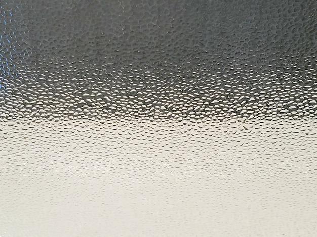 Черно-белый стеклянный фон с каплями воды размытым фоном