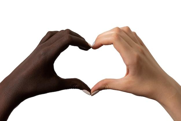 白で隔離される心臓の形で黒と白の手