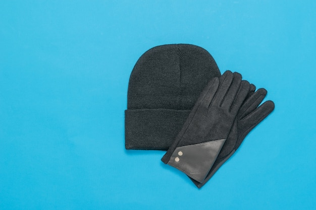ニットの女性用帽子と手袋の白黒画像。秋のアクセサリー。