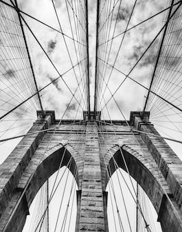 Черно-белое изображение бруклинского моста в нью-йорке