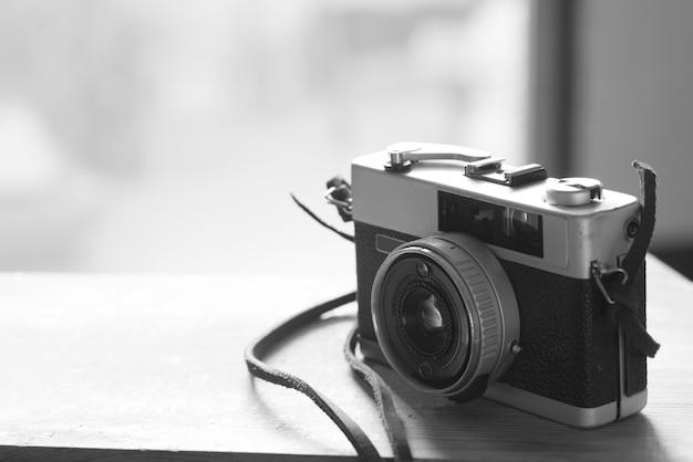 과거에 인기가 있었던 필름 카메라의 흑백 이미지