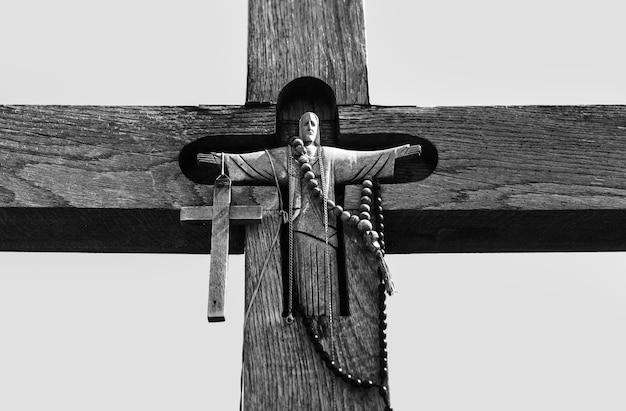 キリストの磔刑の白黒画像。十字架の丘は、リトアニアのシャウレイにある歴史と宗教的な民芸のユニークな記念碑です。
