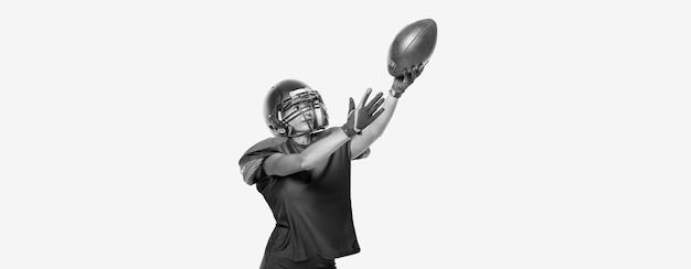 미식축구팀 선수의 유니폼을 입은 스포츠 소녀의 흑백 이미지. 스포츠 개념입니다. 흰색 배경. 혼합 매체