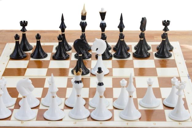 黒のチェスボーダーの前にいる黒と白の騎士