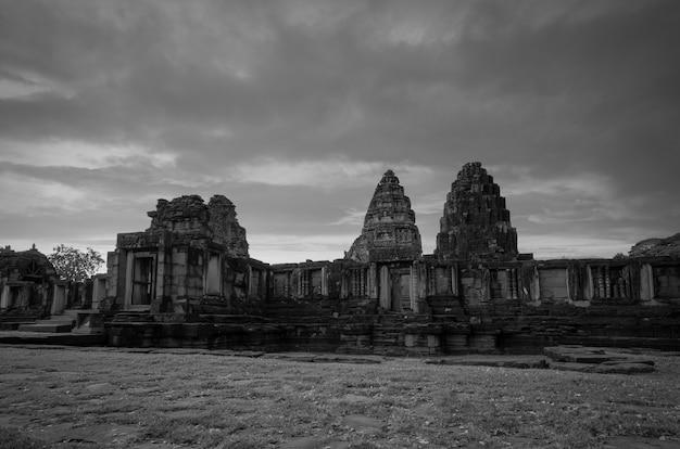 Черно-белый пейзаж исторического парка пхимай. достопримечательность накхонратчасима, таиланд.