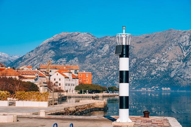 海のprcanjkotor湾の黒と白の灯台