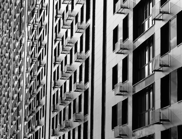 遠近法の背景に黒と白の近代建築
