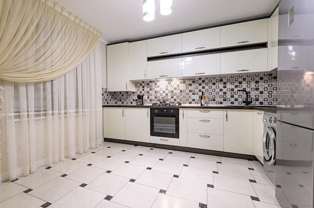 Черно-белый современный интерьер кухни