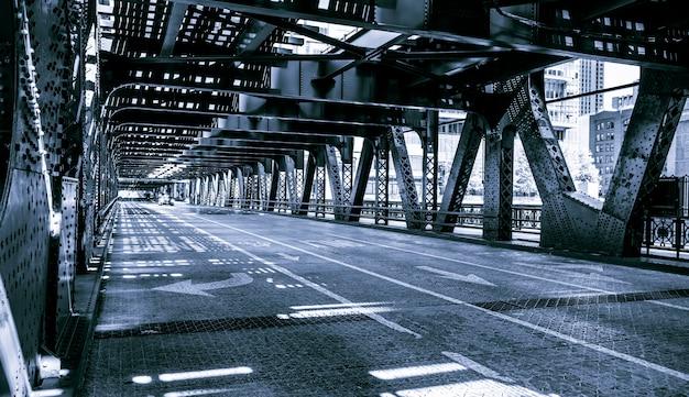 シカゴのダウンタウンブリッジの黒と白