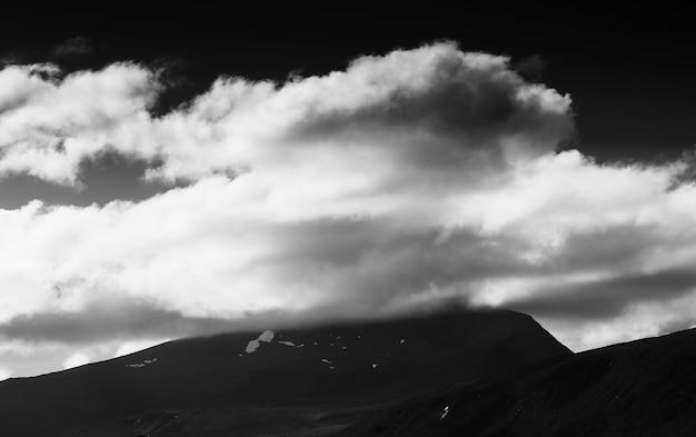 흑백 흐린 산 풍경 고화질