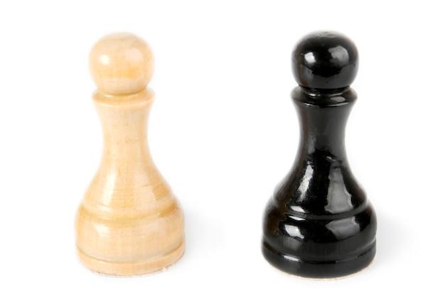 白で分離された黒と白のポーン
