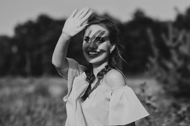 아름다운 모델의 흑백 사진. 여자가 웃어요. 감정. 손 그림자